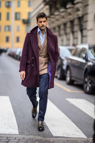 Combinar un blazer cruzado en beige: Equípate un blazer cruzado en beige junto a un pantalón de vestir azul marino para un perfil clásico y refinado. ¿Quieres elegir un zapato informal? Haz zapatos con doble hebilla de cuero verde oliva tu calzado para el día.