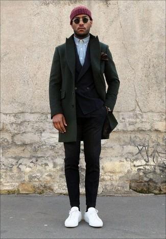 Combinar un blazer cruzado en clima frío: Considera ponerse un blazer cruzado y un pantalón chino negro para después del trabajo. Si no quieres vestir totalmente formal, usa un par de tenis de cuero blancos.