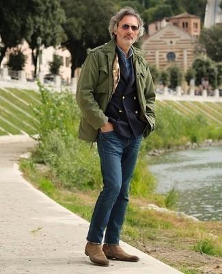 Combinar un blazer cruzado azul marino: Empareja un blazer cruzado azul marino junto a unos vaqueros azul marino para lograr un look de vestir pero no muy formal. Con el calzado, sé más clásico y usa un par de botines chelsea de ante marrónes.