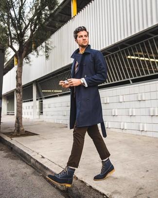 Cómo combinar: pantalón chino en marrón oscuro, camisa de manga larga amarilla, blazer en marrón oscuro, gabardina azul marino