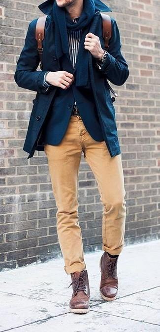 Cómo combinar: pantalón chino marrón claro, camisa de manga larga de rayas verticales en blanco y negro, blazer azul marino, gabardina azul marino