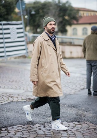 Outfits hombres: Elige una gabardina marrón claro y un pantalón chino verde oscuro para lograr un look de vestir pero no muy formal. Zapatillas altas de cuero blancas añadirán interés a un estilo clásico.