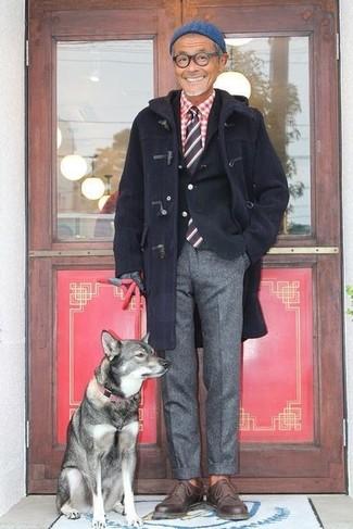 Cómo combinar: pantalón de vestir de lana gris, camisa de manga larga de cuadro vichy en rojo y blanco, blazer de algodón negro, trenca azul marino