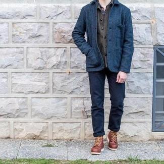 Combinar un pantalón chino azul marino en clima fresco: Intenta combinar una chaqueta estilo camisa de lana azul marino junto a un pantalón chino azul marino para el after office. Botas casual de cuero marrónes son una opción práctica para completar este atuendo.