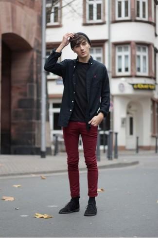Cómo combinar: camisa de manga larga negra, camiseta con cuello circular negra, pantalón chino burdeos, botas safari de ante negras