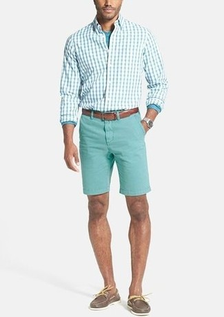 Cómo combinar: camisa de manga larga a cuadros en verde menta, camiseta de manga larga en turquesa, pantalones cortos en verde menta, náuticos de cuero marrónes