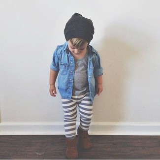 Cómo combinar: camisa de manga larga vaquera azul, camiseta gris, pantalón de chándal gris, botas marrónes