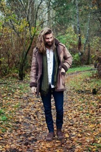 Outfits hombres en clima frío: Considera ponerse un abrigo de piel de oveja marrón y unos vaqueros azul marino para un look diario sin parecer demasiado arreglada. Dale un toque de elegancia a tu atuendo con un par de botas casual de ante en marrón oscuro.