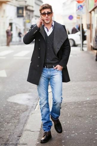 Combinar un abrigo largo en gris oscuro: Para crear una apariencia para un almuerzo con amigos en el fin de semana haz de un abrigo largo en gris oscuro y unos vaqueros desgastados azules tu atuendo. Con el calzado, sé más clásico y elige un par de botas casual de cuero en marrón oscuro.