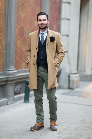 Combinar unas botas casual de cuero en gris oscuro: Casa un abrigo largo marrón claro con un pantalón chino verde oliva para crear un estilo informal elegante. Botas casual de cuero en gris oscuro son una opción incomparable para complementar tu atuendo.