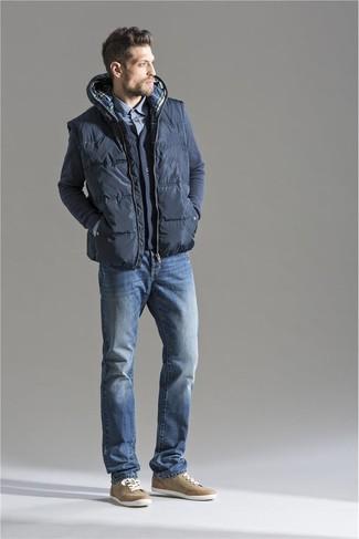 Combinar un chaleco de abrigo acolchado en gris oscuro: Para un atuendo que esté lleno de caracter y personalidad opta por un chaleco de abrigo acolchado en gris oscuro y unos vaqueros azules. Tenis marrón claro son una opción perfecta para complementar tu atuendo.