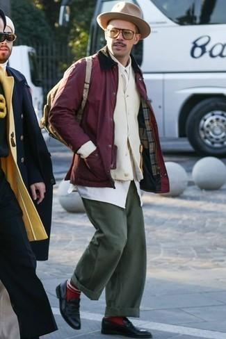 Combinar un pantalón chino verde oliva: Casa una chaqueta con cuello y botones burdeos con un pantalón chino verde oliva para una apariencia fácil de vestir para todos los días. Agrega mocasín de cuero negro a tu apariencia para un mejor estilo al instante.