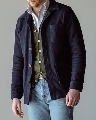 Cómo combinar: vaqueros celestes, camisa de manga larga blanca, cárdigan verde oliva, chaqueta estilo camisa de algodón azul marino