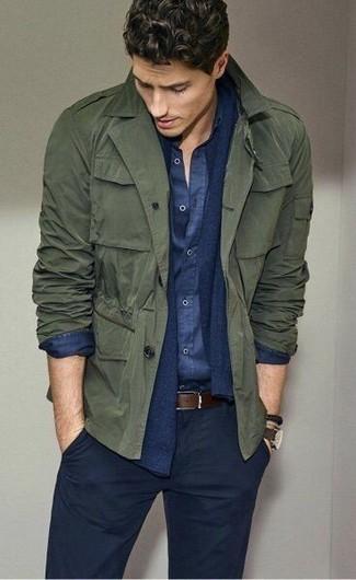Cómo combinar: pantalón chino azul marino, camisa de manga larga de cambray azul marino, cárdigan azul marino, chaqueta militar verde oliva