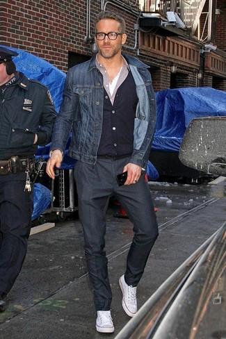 Combinar un pantalón de vestir negro: Utiliza una chaqueta vaquera azul marino y un pantalón de vestir negro para una apariencia clásica y elegante. Si no quieres vestir totalmente formal, haz zapatillas altas de lona blancas tu calzado.