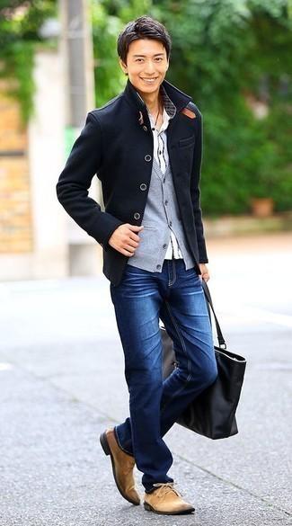 Outfits hombres en clima frío: Usa un chaquetón azul marino y unos vaqueros azules para lograr un estilo informal elegante. Botas safari de ante marrón claro son una opción muy buena para complementar tu atuendo.