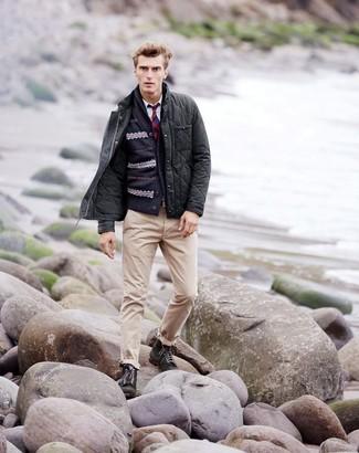 Cómo combinar: pantalón chino en beige, camisa de manga larga blanca, cárdigan con cuello chal de grecas alpinos azul marino, chaqueta con cuello y botones acolchada en gris oscuro