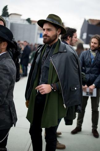 Cómo combinar: vaqueros pitillo negros, camisa de manga larga de cuadro vichy negra, cárdigan con cuello chal verde oliva, chaqueta motera de cuero negra