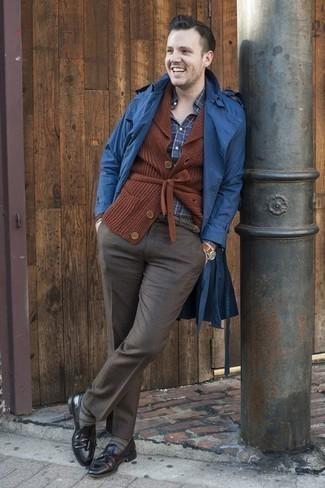 Combinar un mocasín con borlas de cuero negro: Emparejar una gabardina azul junto a un pantalón de vestir en gris oscuro es una opción inmejorable para una apariencia clásica y refinada. Mezcle diferentes estilos con mocasín con borlas de cuero negro.