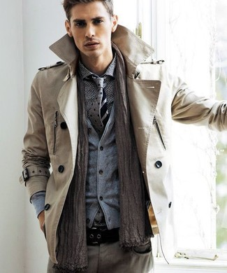 Cómo combinar: vaqueros grises, camisa de manga larga estampada gris, cárdigan gris, gabardina marrón claro