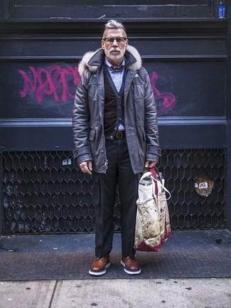 Combinar un pantalón cargo en gris oscuro: Para un atuendo tan cómodo como tu sillón empareja una parka morado oscuro con un pantalón cargo en gris oscuro. Zapatos brogue de cuero en tabaco levantan al instante cualquier look simple.