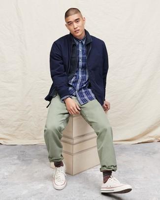 Combinar una chaqueta estilo camisa azul marino: Equípate una chaqueta estilo camisa azul marino con un pantalón chino en verde menta para un lindo look para el trabajo. Tenis de lona blancos añadirán un nuevo toque a un estilo que de lo contrario es clásico.