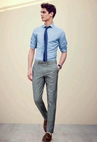 Cómo combinar: camisa de manga larga celeste, pantalón de vestir gris, mocasín de cuero en marrón oscuro, corbata azul