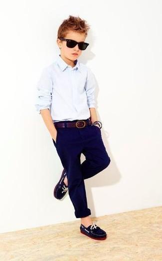 Cómo combinar: camisa de manga larga celeste, pantalones azul marino, mocasín azul marino