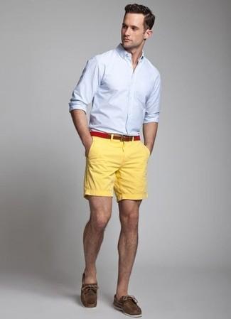 Cómo combinar: camisa de manga larga celeste, pantalones cortos amarillos, náuticos de ante en marrón oscuro, correa de lona roja