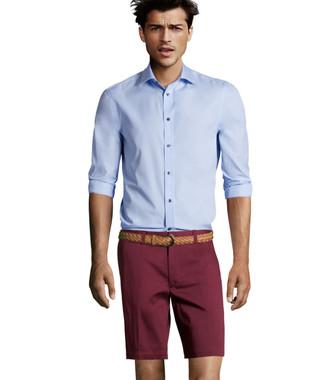 Cómo combinar: camisa de manga larga celeste, pantalones cortos burdeos, correa de cuero tejida marrón claro