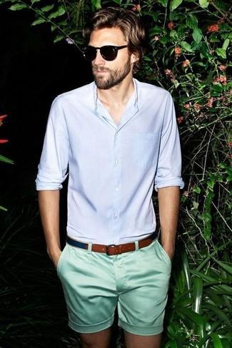 Cómo combinar: camisa de manga larga celeste, pantalones cortos en verde menta, correa de lona azul marino, gafas de sol negras
