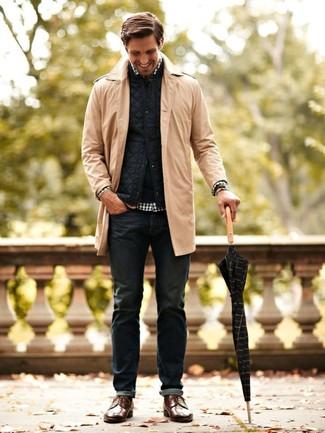 Cómo combinar: vaqueros azul marino, camisa de manga larga de cuadro vichy en blanco y negro, chaleco de abrigo acolchado azul marino, abrigo largo marrón claro