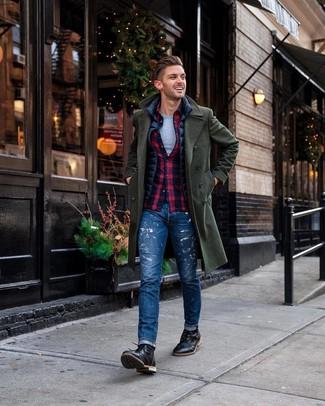 Cómo combinar: camiseta con cuello circular gris, camisa de manga larga de tartán en azul marino y rojo, chaleco de abrigo azul marino, abrigo largo verde oscuro