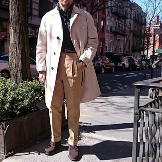 Cómo combinar: pantalón de vestir marrón claro, camisa de manga larga en marrón oscuro, chaleco de abrigo azul marino, abrigo largo en beige