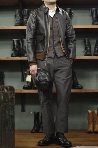 Combinar una cazadora de aviador de cuero negra: Elige una cazadora de aviador de cuero negra y un pantalón chino de lana en gris oscuro para una apariencia fácil de vestir para todos los días. Dale un toque de elegancia a tu atuendo con un par de botas casual de cuero negras.