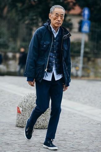Outfits hombres: Considera emparejar una chaqueta campo azul marino con un pantalón de vestir azul marino para rebosar clase y sofisticación. ¿Quieres elegir un zapato informal? Opta por un par de tenis de lona azul marino para el día.