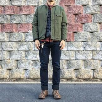 Cómo combinar: vaqueros pitillo azul marino, camisa de manga larga a cuadros en rojo y negro, chaleco de abrigo acolchado negro, chaqueta con cuello y botones verde oliva