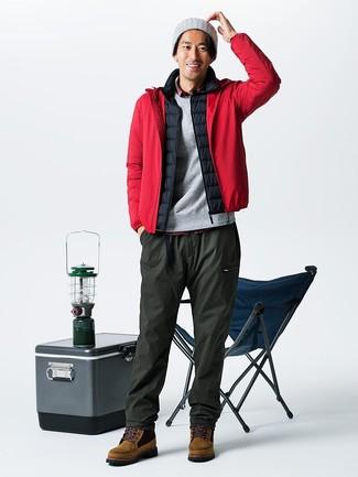 Cómo combinar: pantalón de chándal verde oliva, camisa de manga larga de tartán roja, chaleco de abrigo negro, chubasquero rojo