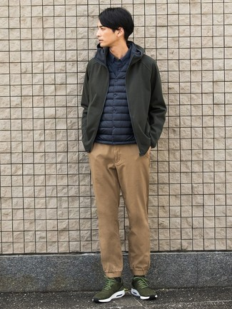 Cómo combinar: pantalón chino marrón claro, camisa de manga larga azul marino, chaleco de abrigo azul marino, chubasquero verde oliva