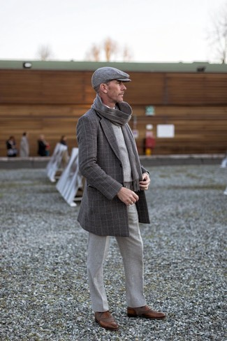Combinar unos zapatos oxford de cuero marrónes: Considera ponerse un abrigo largo a cuadros en gris oscuro y un pantalón de vestir de lana gris para rebosar clase y sofisticación. Zapatos oxford de cuero marrónes son una opción inmejorable para complementar tu atuendo.