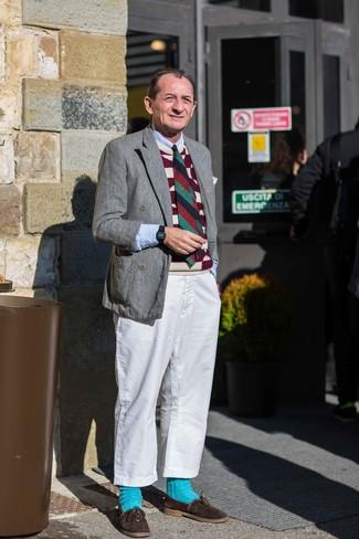 Cómo combinar: pantalón chino blanco, camisa de manga larga celeste, chaleco de punto estampado burdeos, blazer cruzado de lana gris