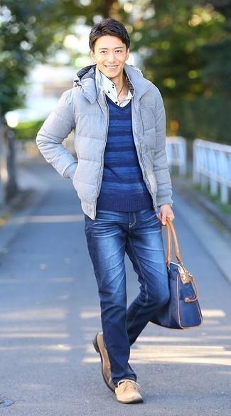 Outfits hombres en clima frío: Haz de un plumífero celeste y unos vaqueros azules tu atuendo para el after office. Botas safari de ante en beige son una opción incomparable para completar este atuendo.