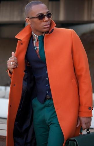 Combinar un portafolio de cuero verde oliva: Un abrigo largo naranja y un portafolio de cuero verde oliva son tu atuendo para salir los días de descanso.