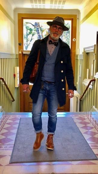 Cómo combinar: vaqueros azules, camisa de manga larga de cuadro vichy burdeos, chaleco de vestir azul marino, abrigo largo negro