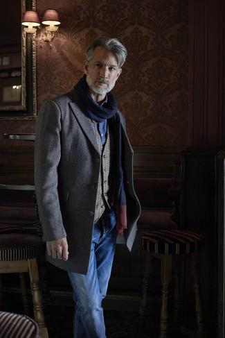 Cómo combinar: vaqueros azules, camisa de manga larga de cambray azul, chaleco de vestir de cuadro vichy gris, abrigo largo de espiguilla gris