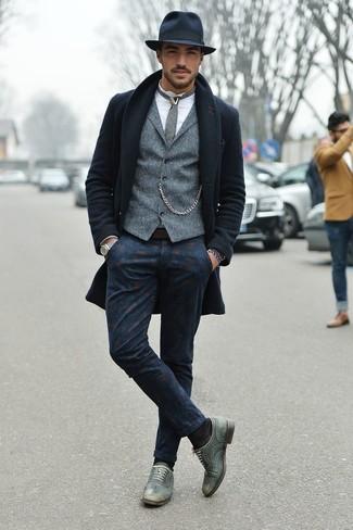 Combinar un pantalón chino estampado azul marino: Emparejar un abrigo largo azul marino junto a un pantalón chino estampado azul marino es una opción muy buena para un día en la oficina. Luce este conjunto con zapatos oxford de cuero grises.