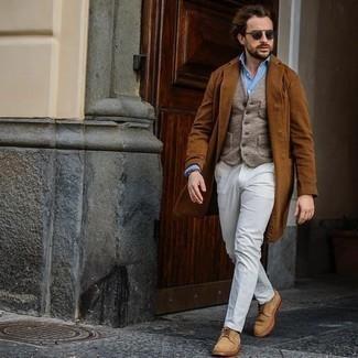 Outfits hombres en otoño 2020: Ponte un abrigo largo en tabaco y un pantalón de vestir blanco para rebosar clase y sofisticación. Zapatos derby de ante marrón claro darán un toque desenfadado al conjunto. ¿En busca de un atuendo excelente para tus días de otoño? No tiene que buscar más.