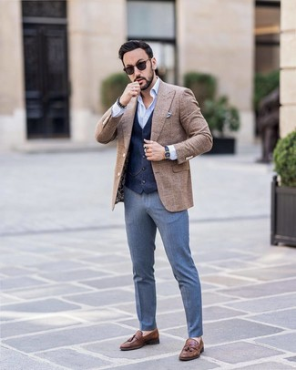 Cómo combinar: pantalón de vestir azul, camisa de manga larga celeste, chaleco de vestir azul marino, blazer de lana a cuadros marrón