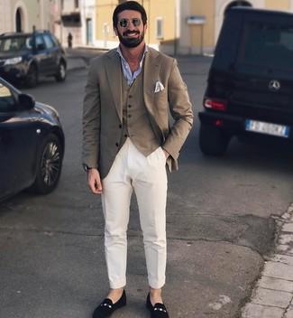 Cómo combinar: pantalón chino blanco, camisa de manga larga celeste, chaleco de vestir marrón, blazer marrón