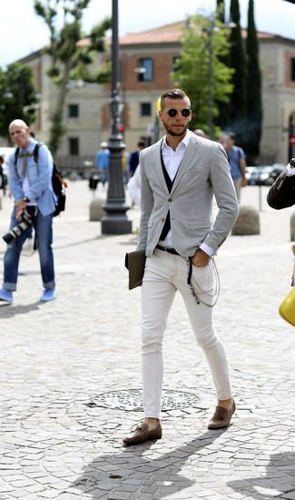 Cómo combinar: vaqueros pitillo blancos, camisa de manga larga blanca, chaleco de vestir negro, blazer de pata de gallo en blanco y negro